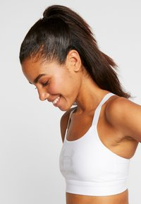 Under Armour - ARMOUR MID SPORTSTYLE GRAPHIC BRA - Sports bra - white/halo gray/halo gray - 3