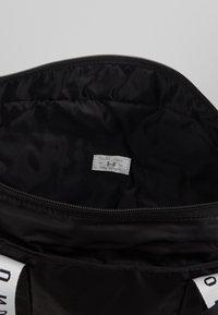 Under Armour - WOMEN'S FAVORITE TOTE 2.0 - Sports bag - black /onyx white - 5