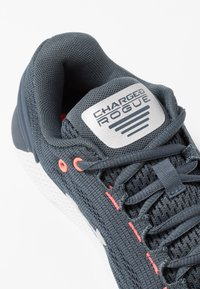 Under Armour - CHARGED ROGUE - Neutral running shoes - wire/reflective - 5