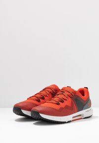 Under Armour - HOVR RISE - Treningssko - martian red/gray flux - 2