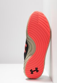 Under Armour - CHARGED WILL - Chaussures de running neutres - black/range khaki/beta red - 4
