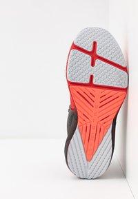 Under Armour - HOVR APEX - Obuwie do biegania treningowe - versa red/black/halo gray - 4