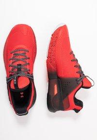 Under Armour - HOVR APEX - Obuwie do biegania treningowe - versa red/black/halo gray - 1