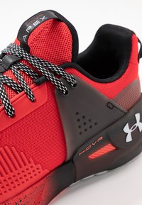 Under Armour - HOVR APEX - Obuwie do biegania treningowe - versa red/black/halo gray - 5