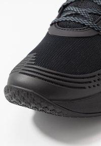 Under Armour - HOVR APEX - Sportovní boty - black - 5
