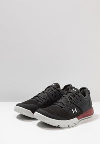 Under Armour - CHARGED ULTIMATE 3.0 - Træningssko - jet gray/aruba red/gray flux - 2