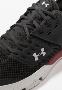 Under Armour - CHARGED ULTIMATE 3.0 - Træningssko - jet gray/aruba red/gray flux - 5