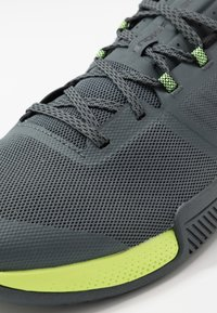 Under Armour - TRIBASE THRIVE - Obuwie treningowe - pitch gray/x-ray/black - 5