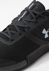 Under Armour - TRIBASE THRIVE - Zapatillas de entrenamiento - black/pitch gray/halo gray - 5