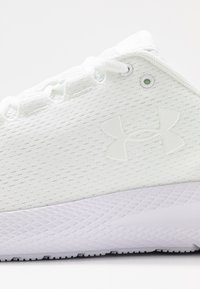 Under Armour - CHARGED PURSUIT 2 - Zapatillas de running neutras - white - 5