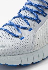 Under Armour - HOVR PHANTOM SE TREK - Zapatillas de running neutras - halo gray/versa blue - 5