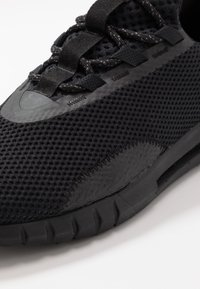 Under Armour - HOVR STRT - Zapatillas de running neutras - black - 5