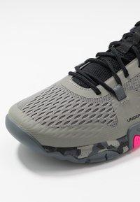 Under Armour - TRIBASE REIGN  - Chaussures d'entraînement et de fitness - gravity green/black/halo gray - 5