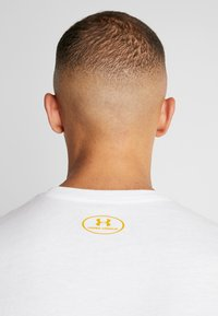 Under Armour - FOUNDATION - Printtipaita - white/golden yellow - 4