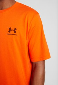 Under Armour - SPORTSTYLE LEFT CHEST - T-shirt basique - ultra orange/black - 5