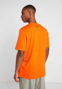 Under Armour - SPORTSTYLE LEFT CHEST - T-shirts - ultra orange/black - 2