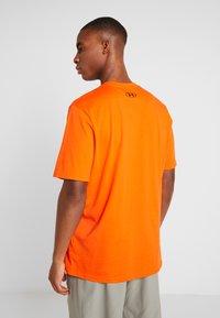 Under Armour - SPORTSTYLE LEFT CHEST - T-shirt basique - ultra orange/black - 2