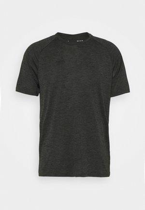 HEATGEAR TECH  - Print T-shirt - baroque green