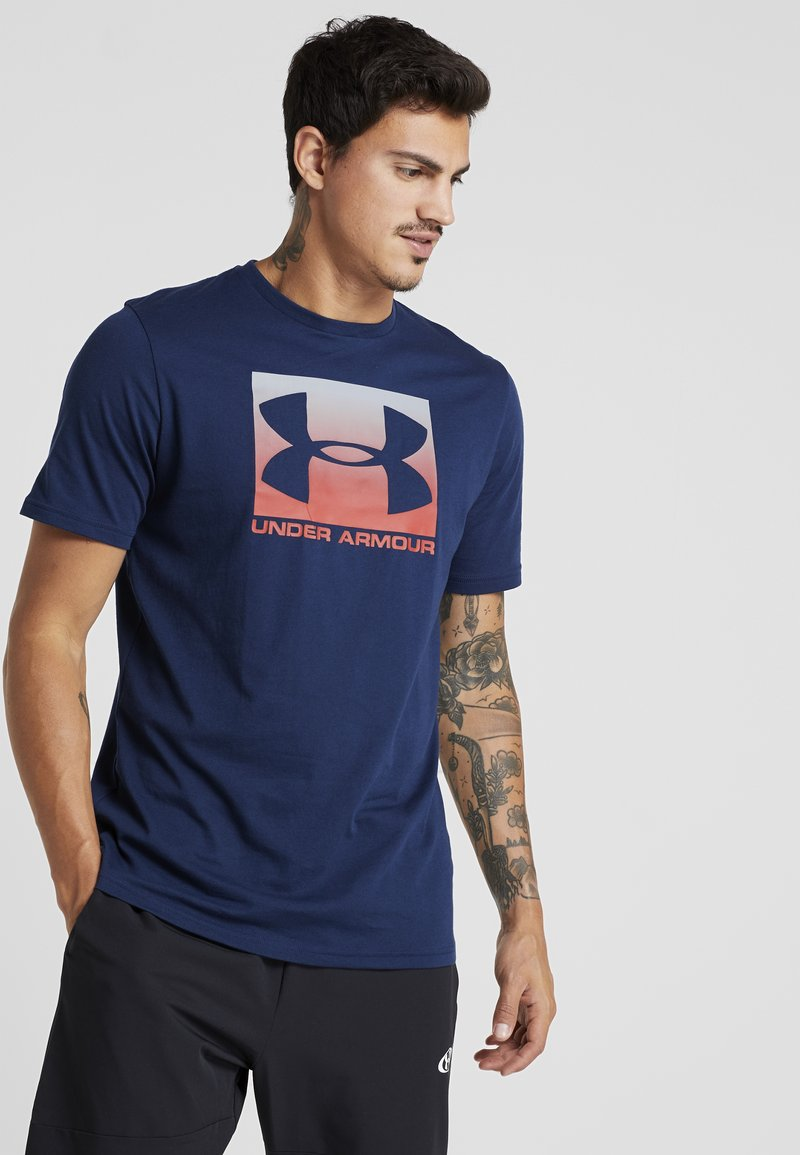 Under Armour - BOXED STYLE - T-shirt imprimé - academy/red