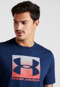 Under Armour - BOXED STYLE - T-shirt imprimé - academy/red - 3