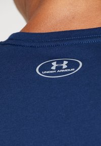 Under Armour - BOXED STYLE - T-shirt imprimé - academy/red - 5