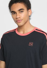 Under Armour - UNSTOPPABLE STRIPED - Print T-shirt - black/coho - 3