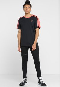 Under Armour - UNSTOPPABLE STRIPED - Print T-shirt - black/coho - 1