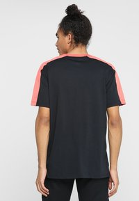 Under Armour - UNSTOPPABLE STRIPED - Print T-shirt - black/coho - 2