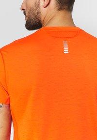 Under Armour - STREAKER SHORTSLEEVE - T-shirt imprimé - ultra orange/reflective - 5