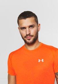 Under Armour - STREAKER SHORTSLEEVE - T-shirt imprimé - ultra orange/reflective - 3