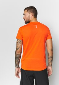 Under Armour - STREAKER SHORTSLEEVE - T-shirt imprimé - ultra orange/reflective - 2