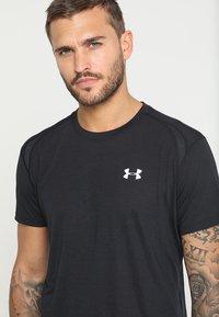 Under Armour - STREAKER - T-shirt con stampa - black - 7