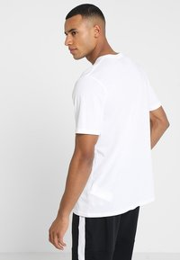 Under Armour - SPORTSTYLE LOGO - T-shirts med print - white/black - 2