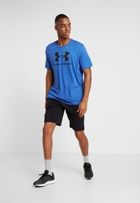 Under Armour - SPORTSTYLE LOGO - T-shirts med print - versa blue/black - 1