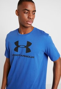 Under Armour - SPORTSTYLE LOGO - T-shirts med print - versa blue/black - 5