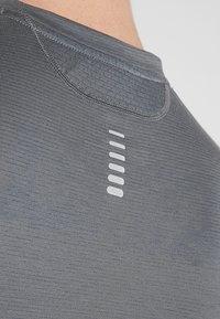 Under Armour - STREAKER LONGSLEEVE - Camiseta de deporte - pitch gray/reflective - 4