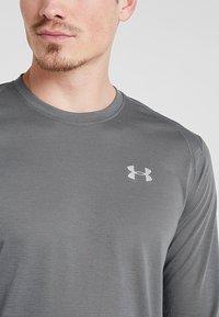 Under Armour - STREAKER LONGSLEEVE - Camiseta de deporte - pitch gray/reflective - 6