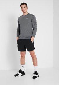 Under Armour - STREAKER LONGSLEEVE - Camiseta de deporte - pitch gray/reflective - 1
