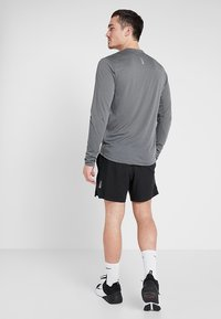 Under Armour - STREAKER LONGSLEEVE - Camiseta de deporte - pitch gray/reflective - 2