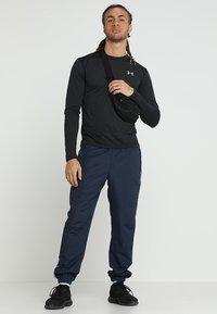 Under Armour - STREAKER LONGSLEEVE - T-shirt de sport - black/reflective - 1