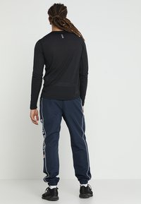 Under Armour - STREAKER LONGSLEEVE - Sports shirt - black/reflective - 2