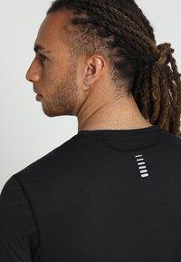 Under Armour - STREAKER LONGSLEEVE - T-shirt de sport - black/reflective - 3
