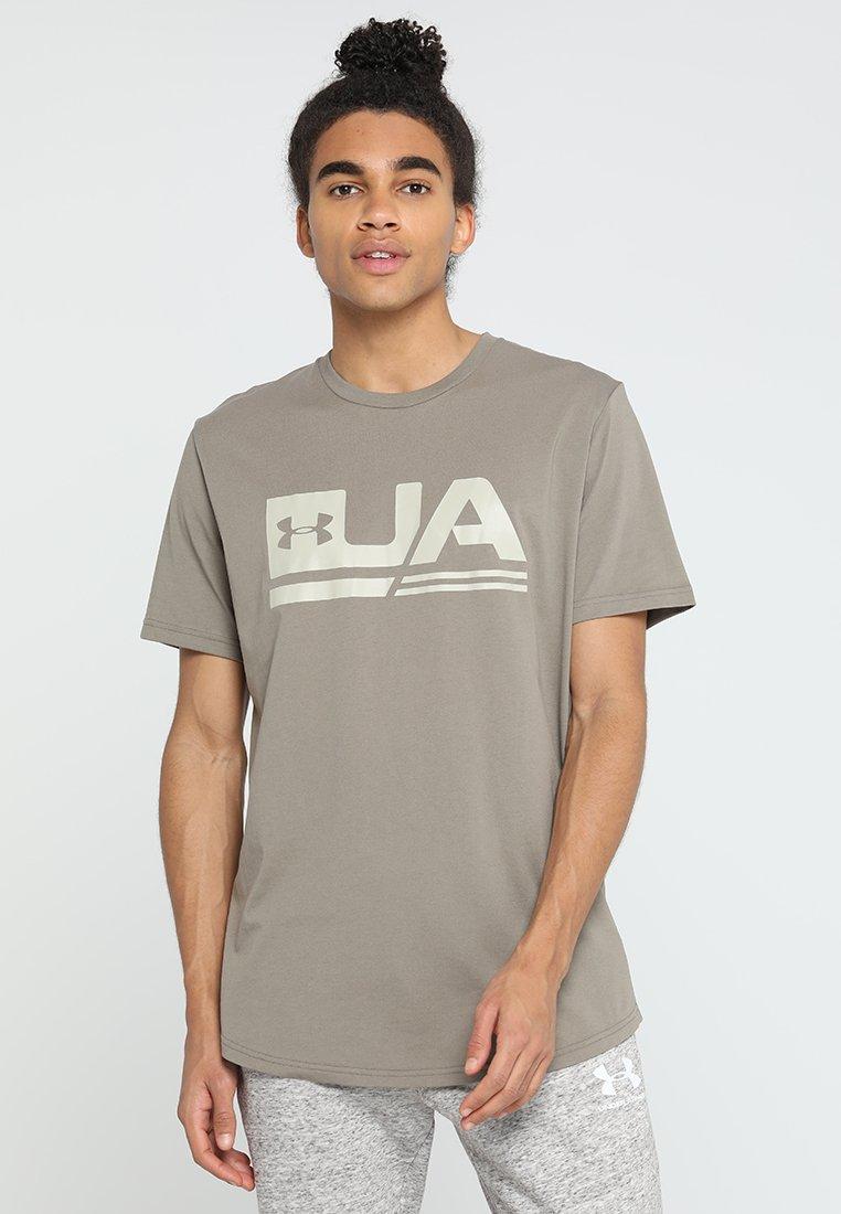 Under Armour - SPORTSTYLE DROP HEM - T-Shirt print - silt brown/khaki base