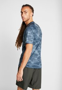 Under Armour - T-shirts print - wire/black