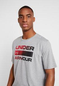 Under Armour - HEATGEAR - T-shirts med print - steel light heather/black - 3