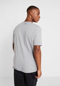 Under Armour - HEATGEAR - T-shirts med print - steel light heather/black - 2