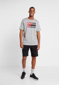 Under Armour - HEATGEAR - T-shirts med print - steel light heather/black - 1
