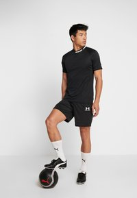 Under Armour - CHALLENGER TRAINING  - T-shirt con stampa - black/white - 1
