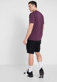 Under Armour - WORDMARK SHOULDER - T-shirt imprimé - kinetic purple/black - 2