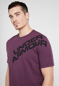 Under Armour - WORDMARK SHOULDER - T-shirt imprimé - kinetic purple/black - 3